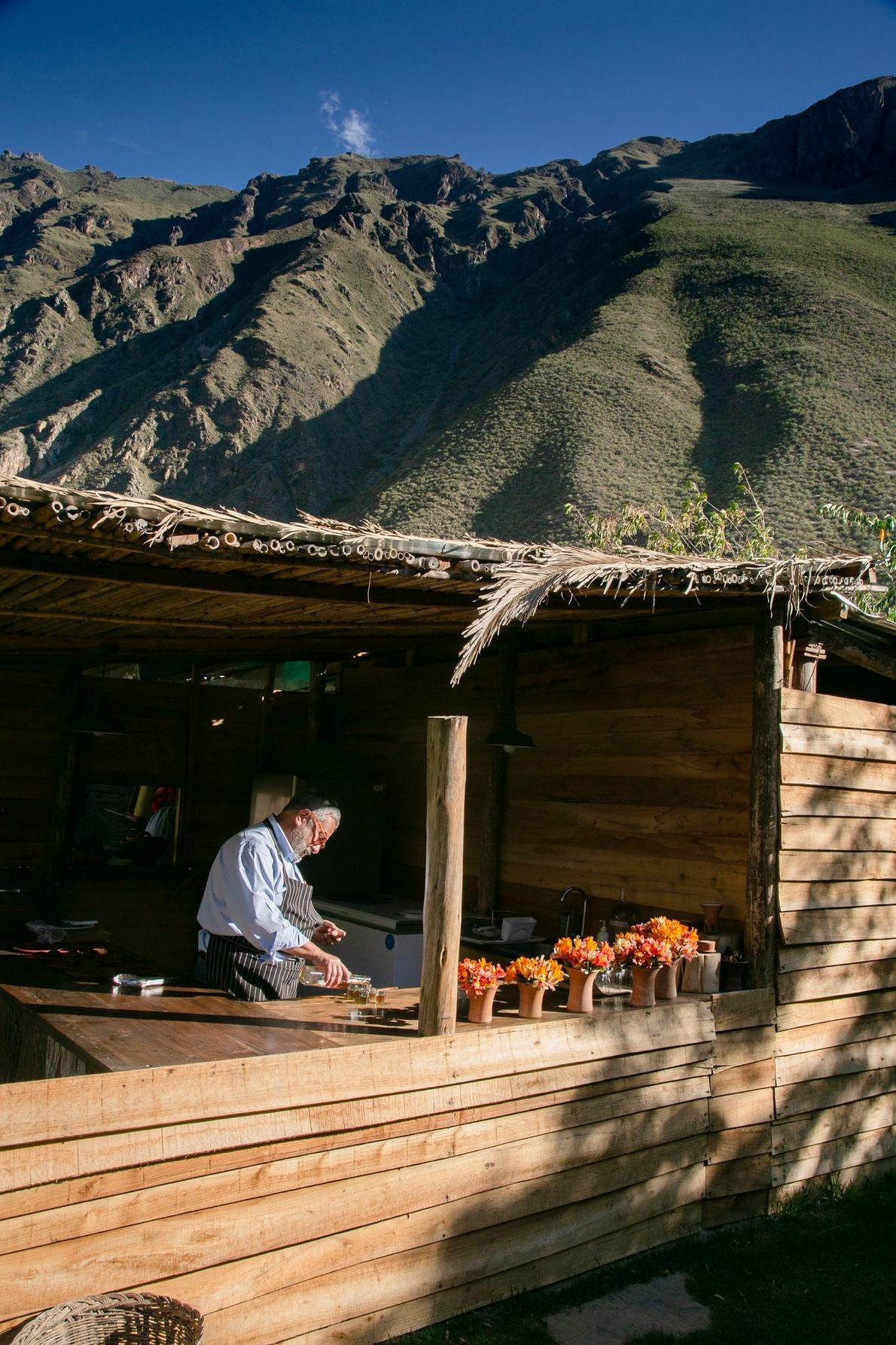 Almoço é servido no jardim de El Albergue, em Ollantaytambo.