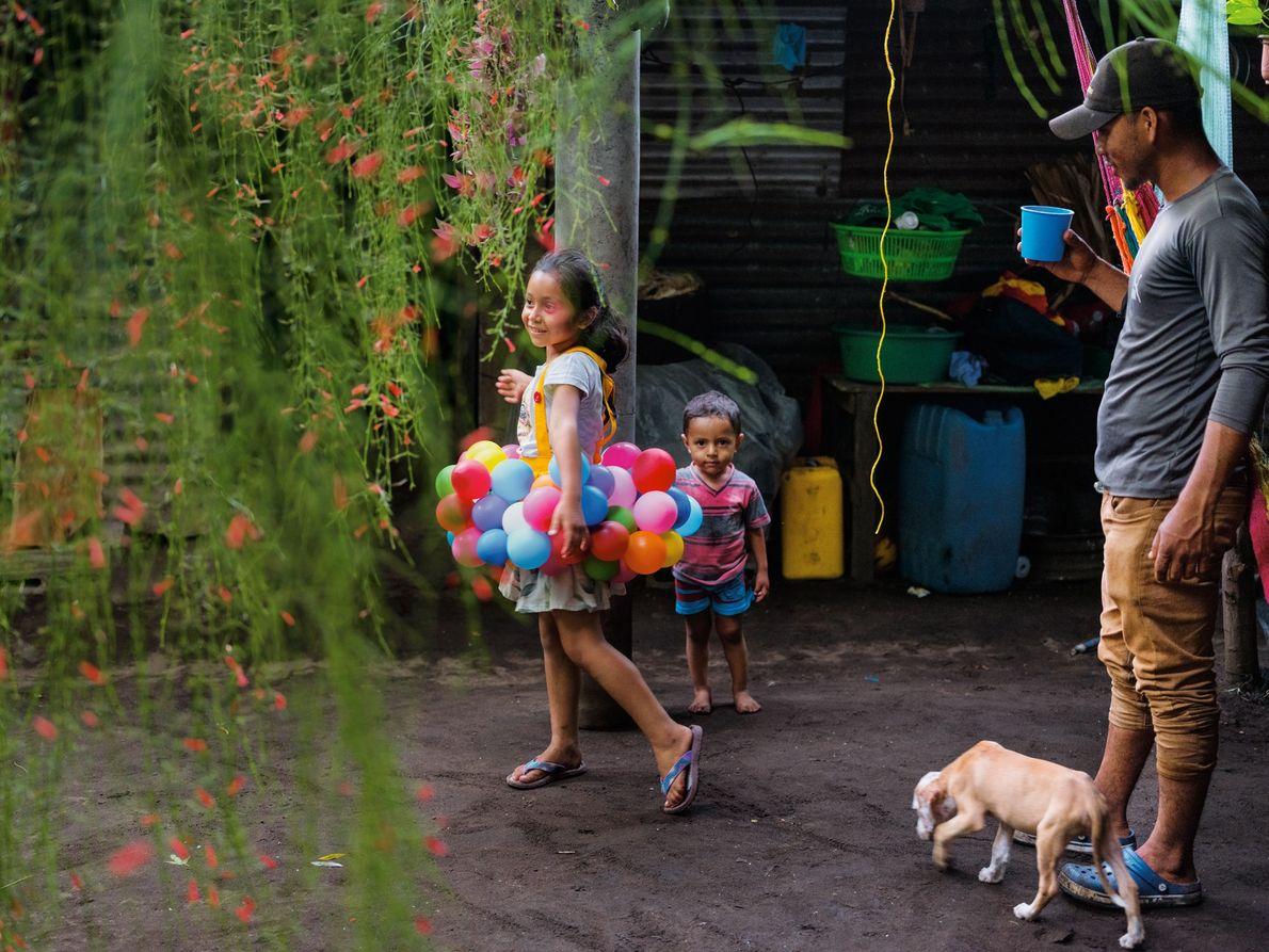 O pescador Arnovis Guidos Portillo observa os filhos em sua casa em El Salvador. Depois de ...