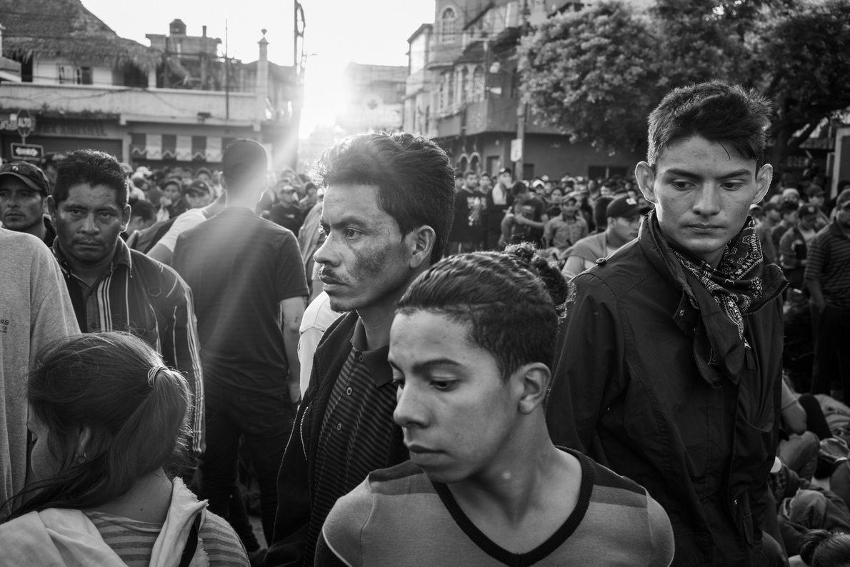 Desde as 5 horas da manhã, os imigrantes fazem fila na fronteira da Guatemala, aguardando para ...