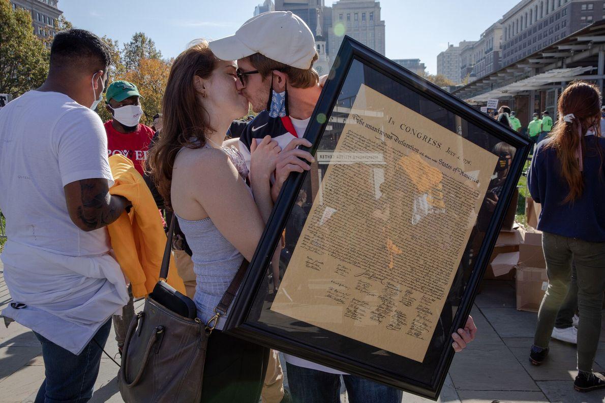 Após a vitória de Joe Biden na eleição presidencial, Cooper Sherwin e Joan Taylor se beijam ...
