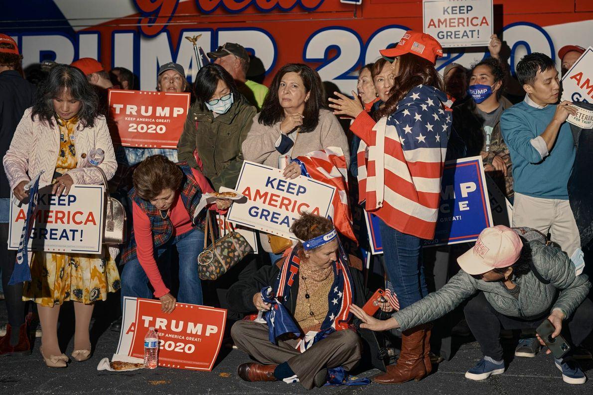 Enquanto aguardam o resultado da eleição presidencial dos Estados Unidos, apoiadores de Trump participam de uma ...