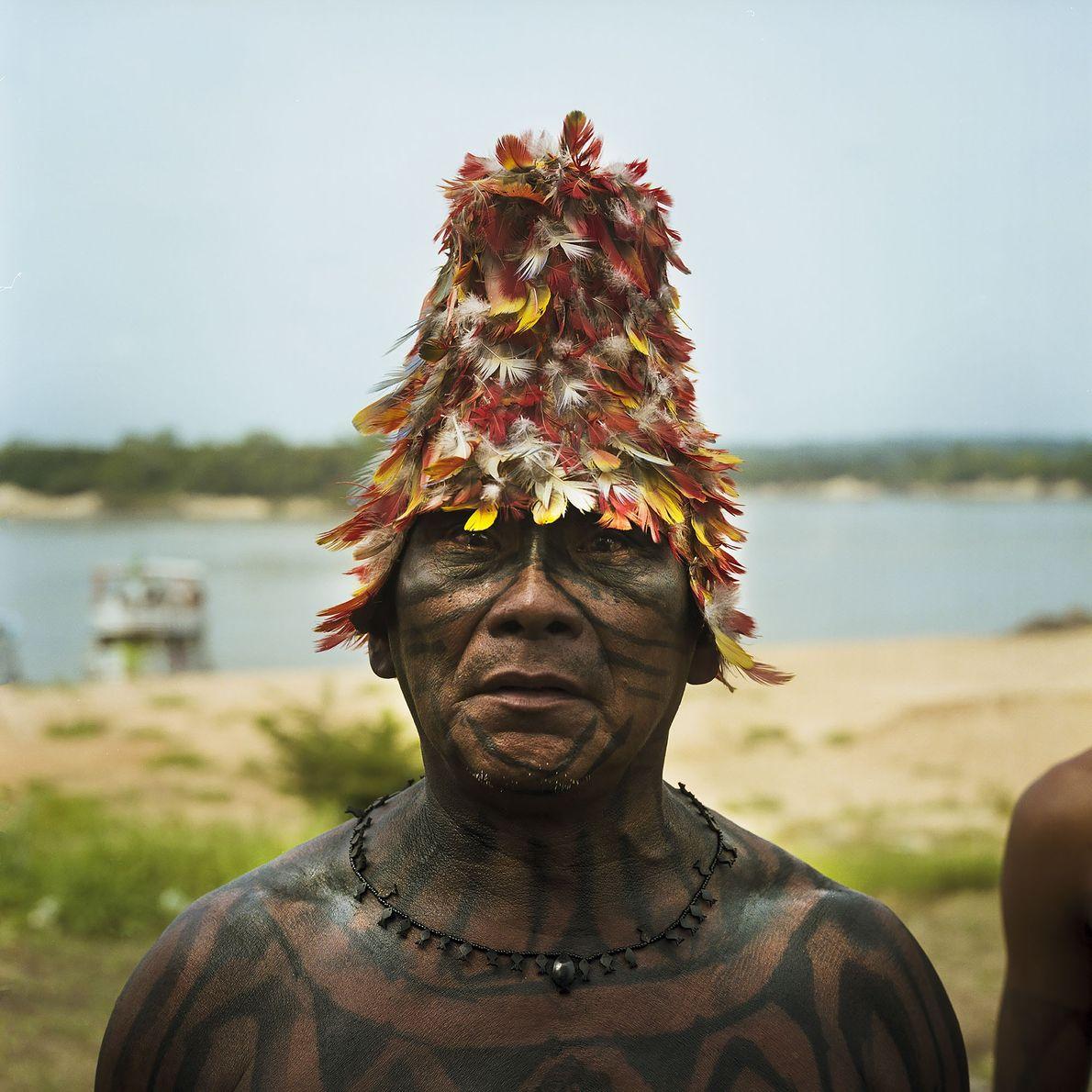 """2014. Um cacique mundukuru durante a """"Caravana da Resistência"""", o protesto contra os planos do governo …"""