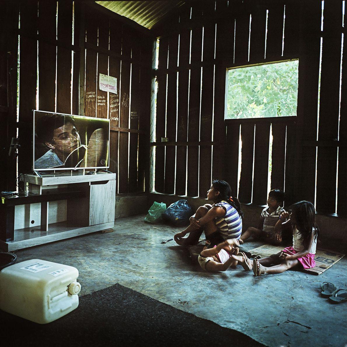 2014. Uma família mundukuru assiste novela na aldeia Sawre Mauybu.