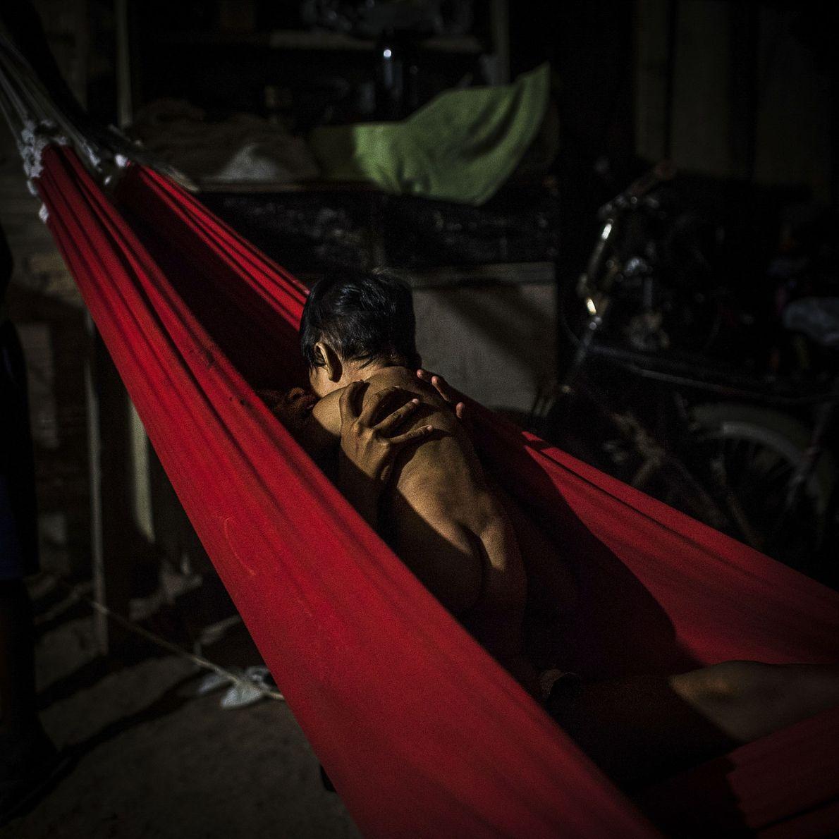 2016. Uma garota mundukuru segura seu irmãozinho em uma rede na aldeia de Praia do Mangue, ...