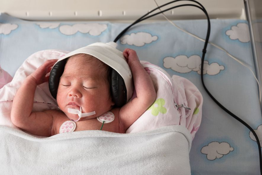 """BERÇO MUSICAL – Na maioria dos países, houve um aumento dos nascimentos prematuros – antes de 37 semanas – nas duas últimas décadas. Sair cedo demais do útero pode resultar em complicações e, com frequência, o prematuro tem de ir para a unidade de terapia intensiva neonatal. No Hospital Universitário de Genebra, na Suíça, a música faz parte dos cuidados. Porém, diferentemente de outros programas similares em UTIs neonatais, esse projeto inovador usa três modalidades de música, que os bebês escutam por meio de fones especiais para as suas cabeças minúsculas e frágeis. Um estudo quer entender como a música afeta o cérebro de um prematuro, e como ele reconhece a melodia e a altura do som – habilidades associadas ao processamento da linguagem. Concebido pela neonatologista Petra Huppi, a pesquisadora Manuela Filippa e o compositor Andreas Vollenweider, o projeto inclui a monitoração do cérebro por meio de ressonância magnética no momento em que ouvem a música. As melodias – breves e """"mais simples que as de Mozart"""", diz Huppi – foram compostas para ajudar os bebês a dormir, despertar ou interagir. Os resultados são promissores. As imagens revelam um maior grau de conectividade no cérebro, e as melodias parecem reforçar o ritmo diário de sono e vigília – algo crucial numa UTI ruidosa e no mundo lá fora —Catherine Zuckerman"""