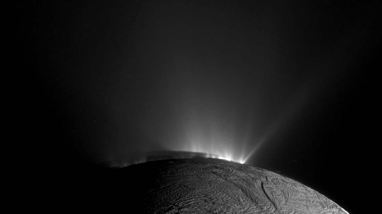 A sonda Cassini da Nasa capturou esta imagem de gêiseres expelindo material gelado da lua de ...