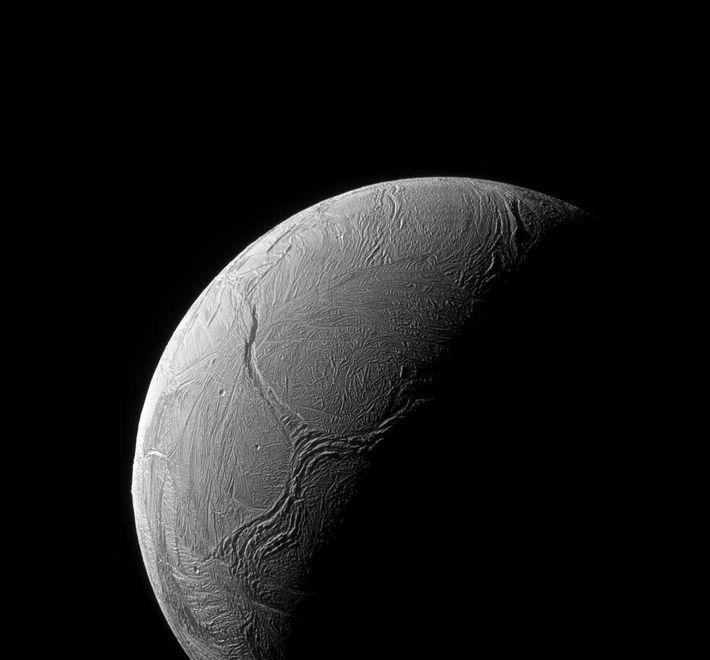 Fraturas na camada gelada serpenteiam ao longo da região polar sul de Encélado nesta imagem da ...