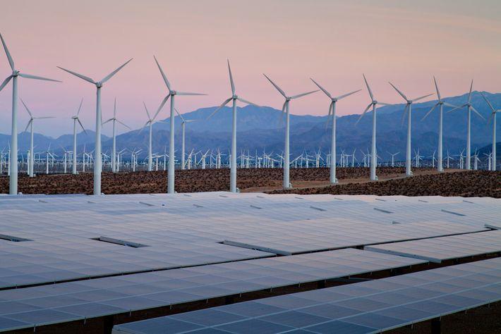 Turbinas eólicas e painéis solares coletam energia renovável em Desert Hot Springs, na Califórnia. Um número ...