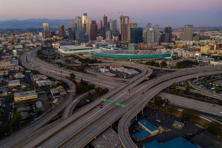 1º de abril de 2020 no centro de Los Angeles. Enquanto as autoridades municipais imploravam aos ...