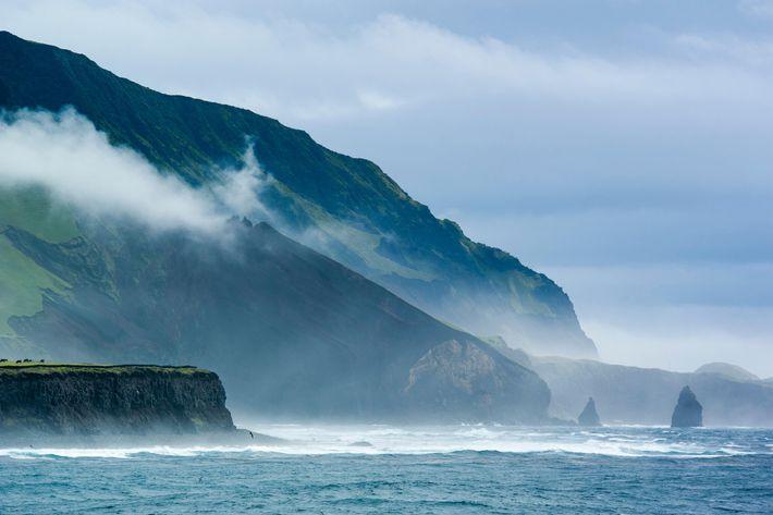 O território britânico ultramarino de Tristão da Cunha é considerado uma das ilhas habitadas mais remotas ...