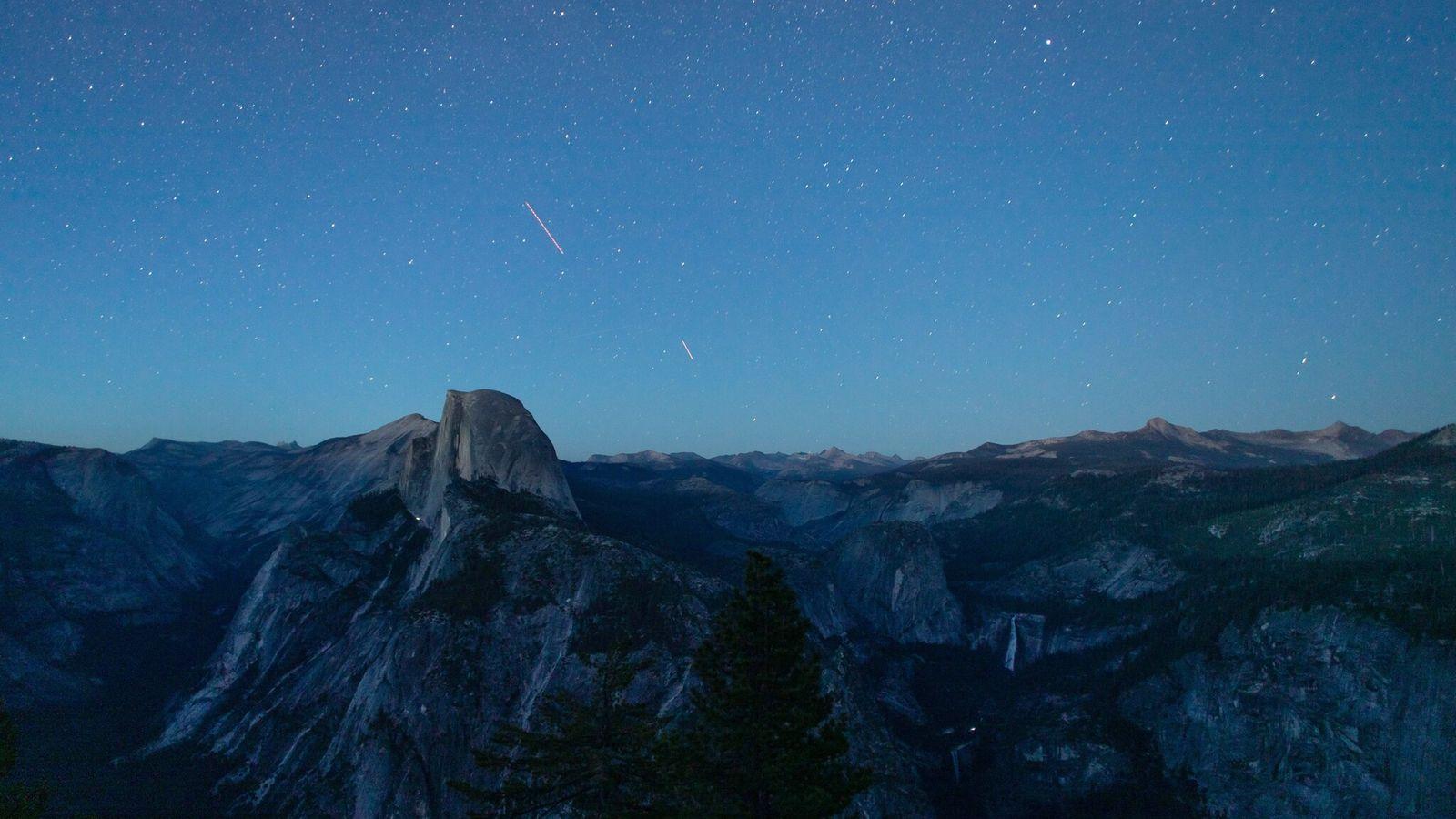 O anoitecer cai sobre as atrações naturais do Vale de Yosemite, incluindo Half Dome (no centro ...