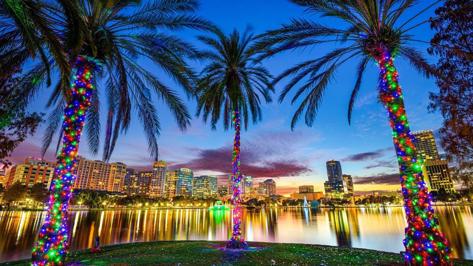 O lago Eola é um marco do icônico em Downtown Orlando.