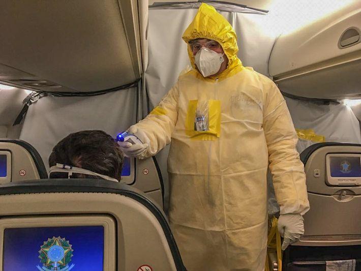 Brasileiro em voo da Operação Regresso, que repatriou brasileiros em Wuhan, na China, durante o epicentro ...