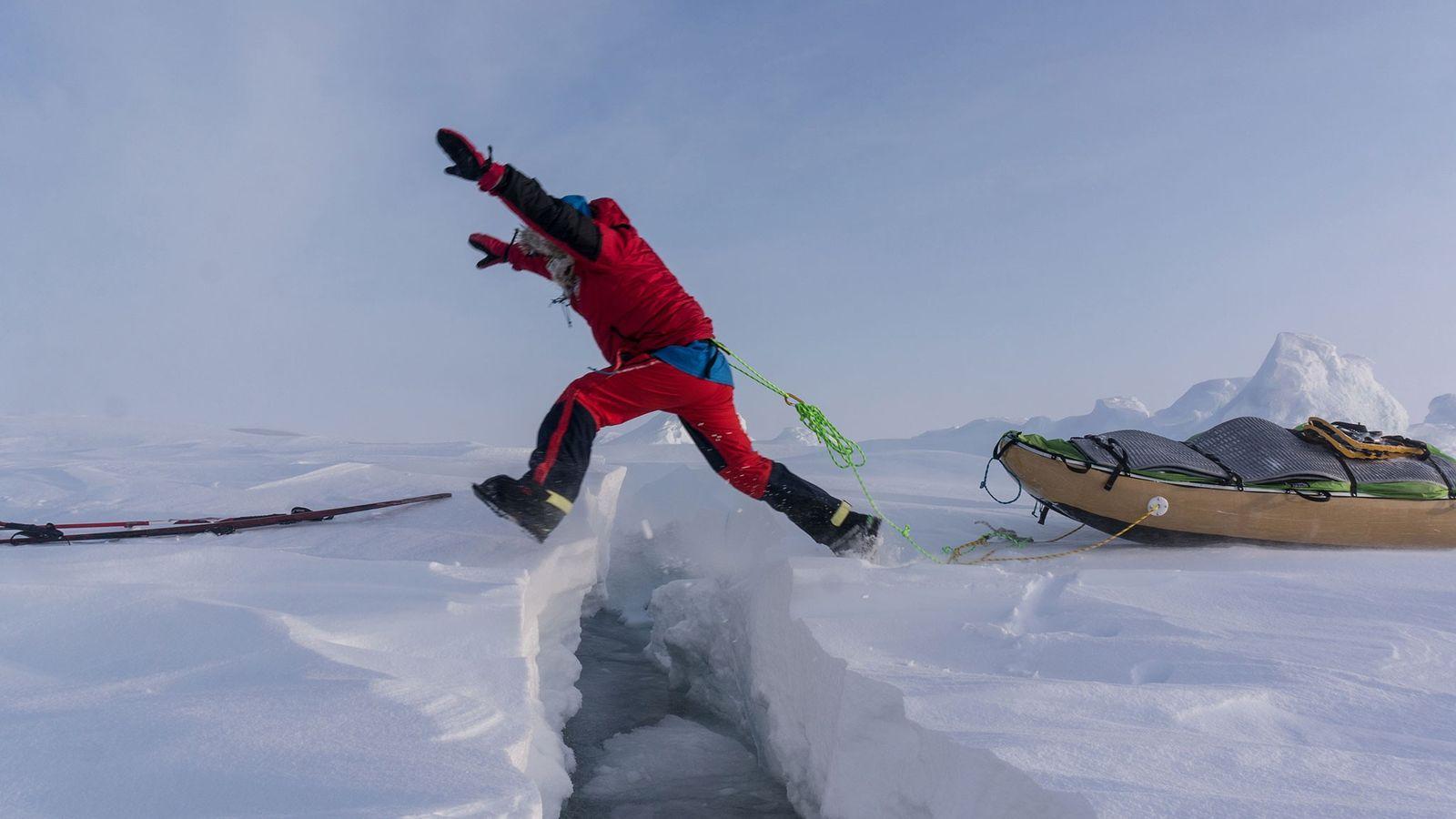 eric-larsen-espalhando-o-proprio-peso-gelo-fino