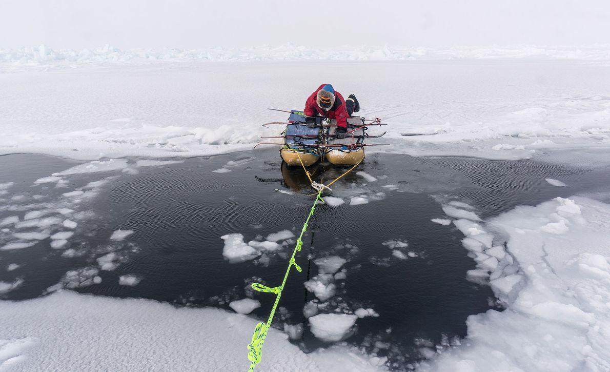 eric-larsen-gelo-expedicao-polo-norte-agua-gelada