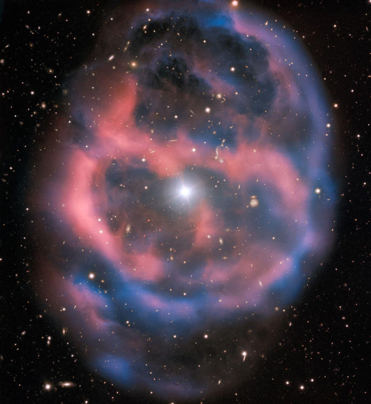 O Telescópio Gigante ESO capturou o reflexo da ESO 577-24, um escudo de gás radiante e ...