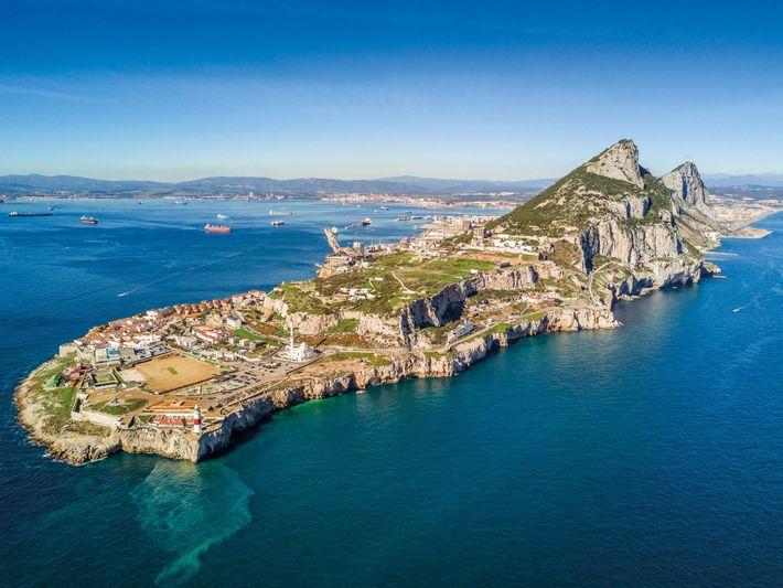 O farol da Ponta da Europa marca a ponta mais ao sul da península de Gibraltar. ...