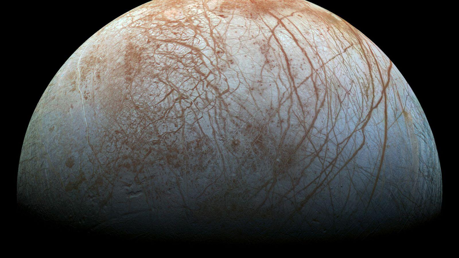 Europa, a lua de Júpiter, possui uma espessa crosta gelada que pode ocultar um oceano profundo ...