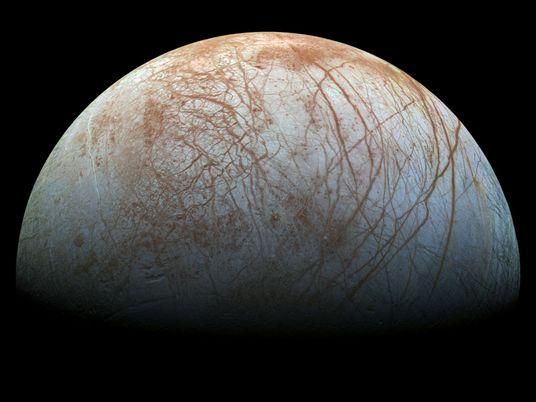 Uma das luas geladas de Júpiter pode brilhar no escuro