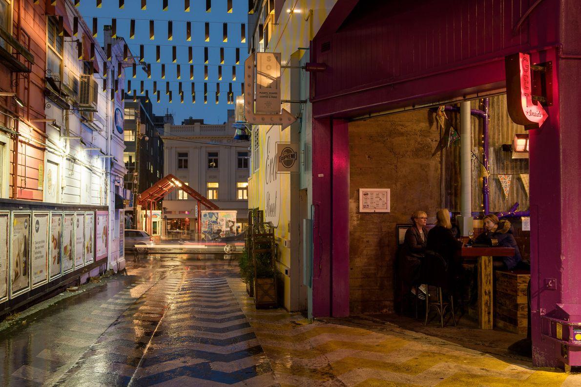 Explore as recém restauradas ruas de Eva e Leeds, onde coloridos murais e luzes inspiram fotografias.