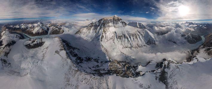 O fotógrafo Renan Ozturk utilizou drones especialmente modificados para registrar o Monte Everest e suas montanhas ...