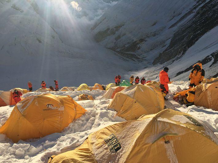 As equipes de expedições acampam várias vezes para descansar até chegar ao acampamento três antes de ...
