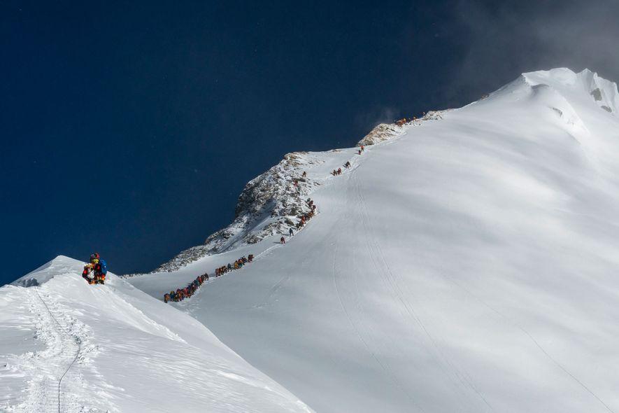 As equipes de expedições seguem por uma rota conhecida como Balcony em direção ao cume do ...