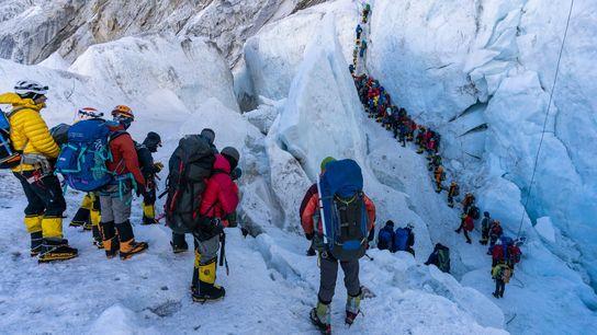 Escaladores formam fila para atravessar a cascata de gelo Khumbu, um dos trechos mais perigosos pelos ...