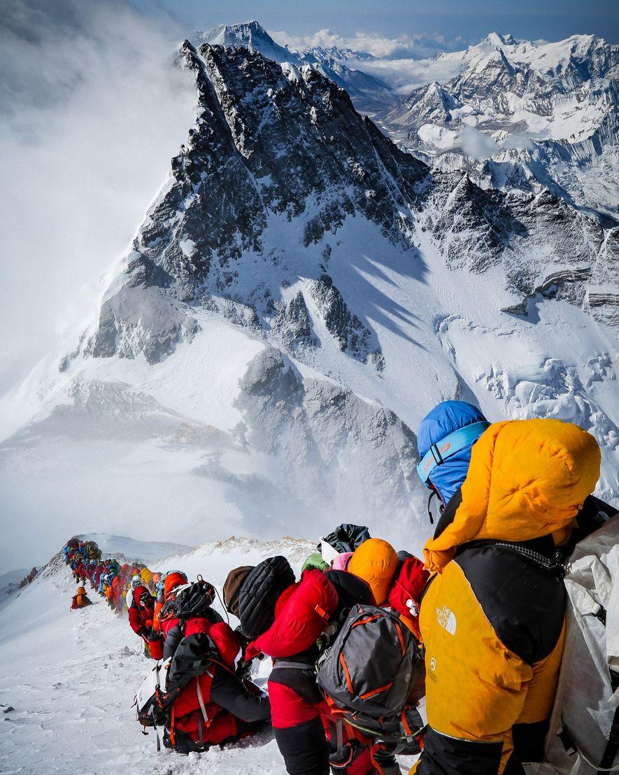 As equipes de expedições, tanto as que tentam chegar ao cume do Everest quanto as que ...
