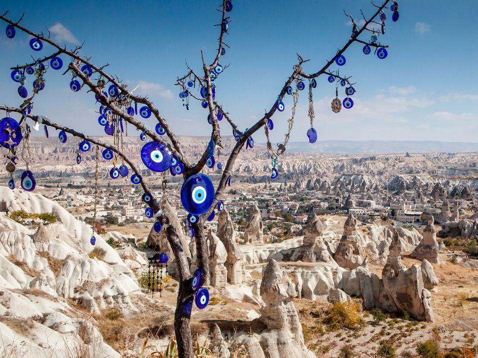 Do olho grego ao sagrado coração: amuletos da sorte em todo o mundo