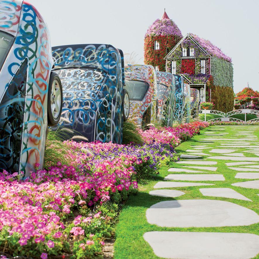 O maior jardim de flores do mundo, em Dubai, Emirados Árabes Unidos. Novos edifícios contrastam mais ...