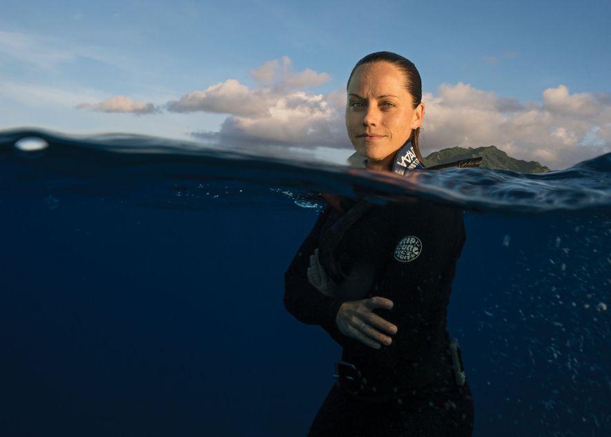 Jessica Cramp faz mergulho livre em Raratonga, a maior das Ilhas Cook.