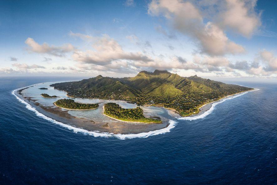 A ilha de Raratonga, vista de cima. Em 2012, as Ilhas Cookimplementaram um dos santuários de tubarões mais restritos. Agora Jessica Cramp quer saber: funciona?