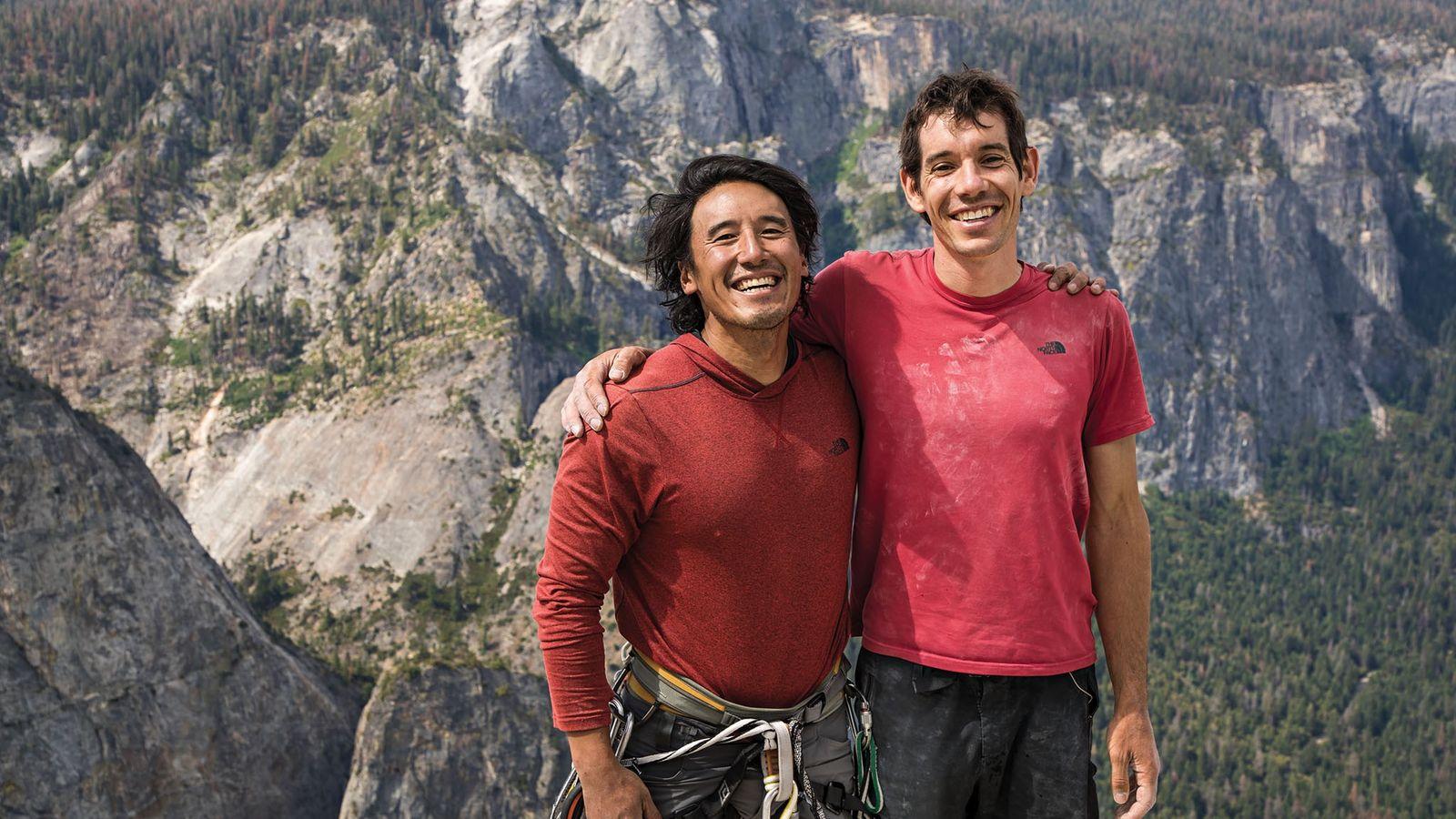 Chin e Honnold posam no pico do El Capitan, momentos depois de Honnold completar a  ...