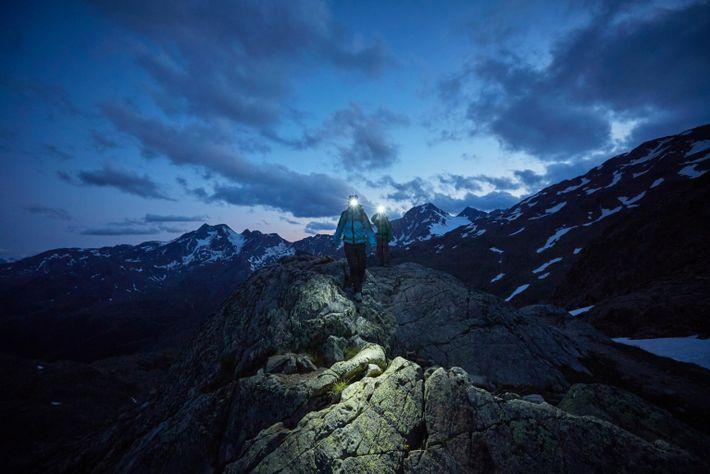 Um casal enfrenta uma trilha pedregosa no parque do Glaciar de Val Senales, em Tirol do ...