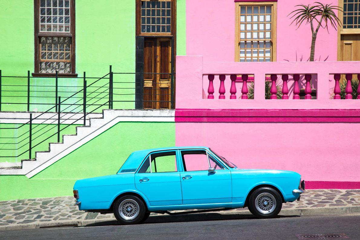 Carro em rua colorida