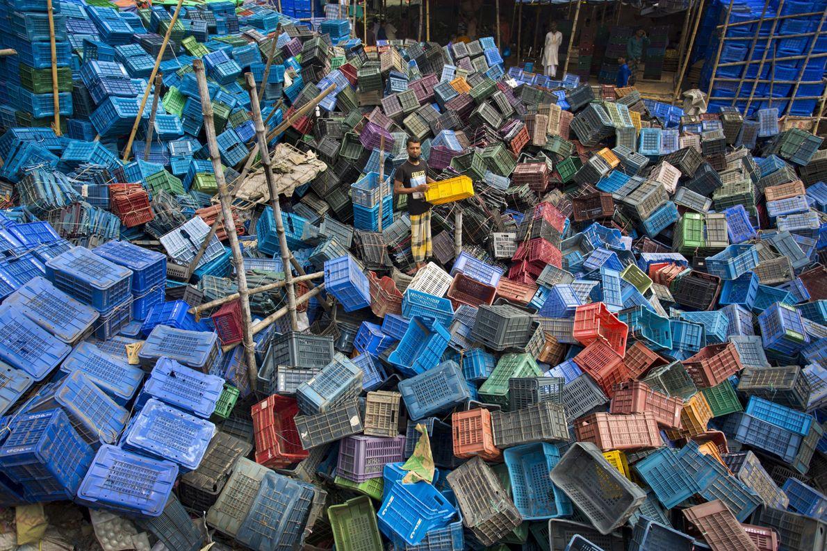 Pilha de caixas de plástico