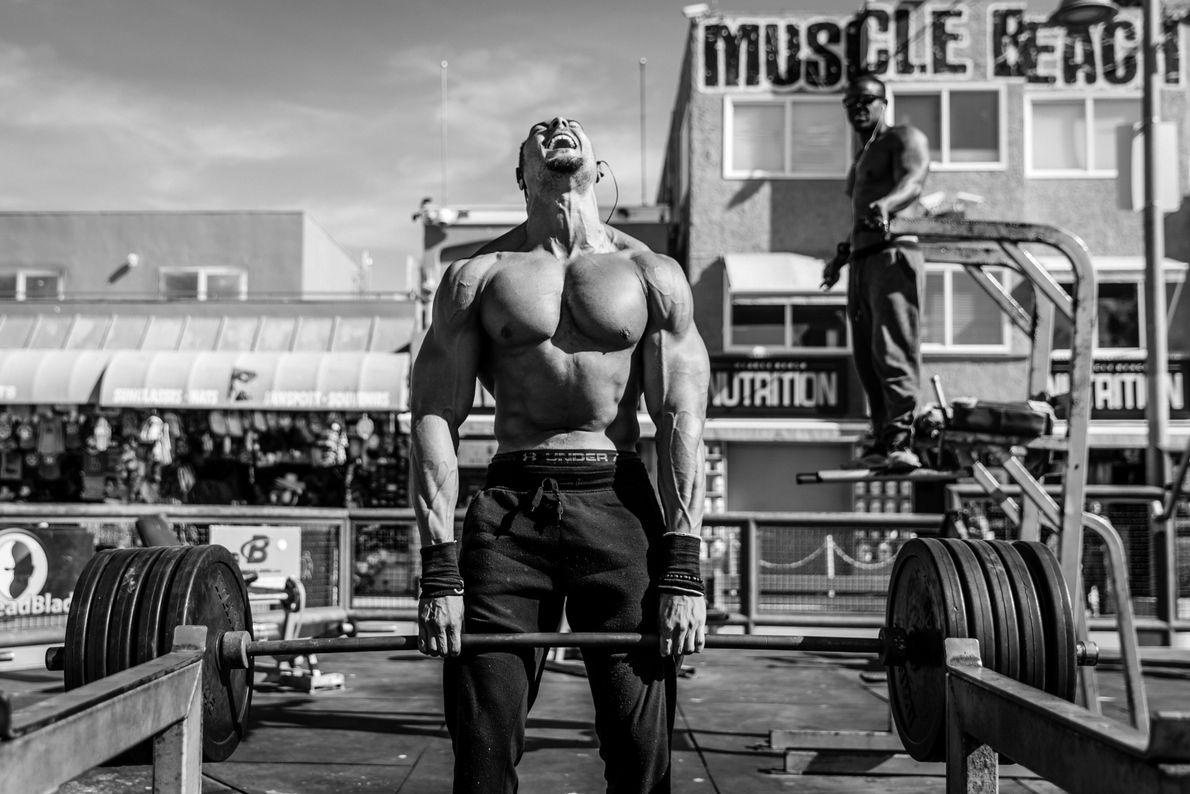 Levantador de peso treinando