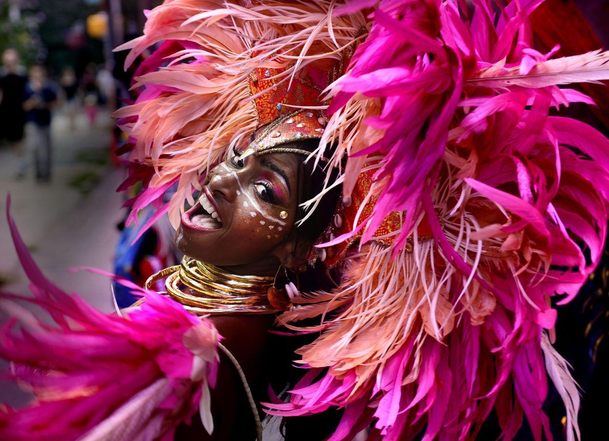 Mulher dançando fantasiada em desfile