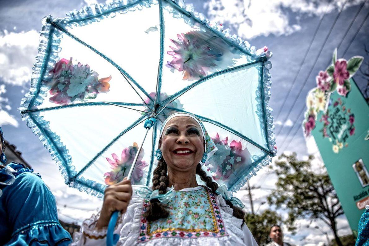 Mulher sorrindo no Festival das Flores da Colômbia