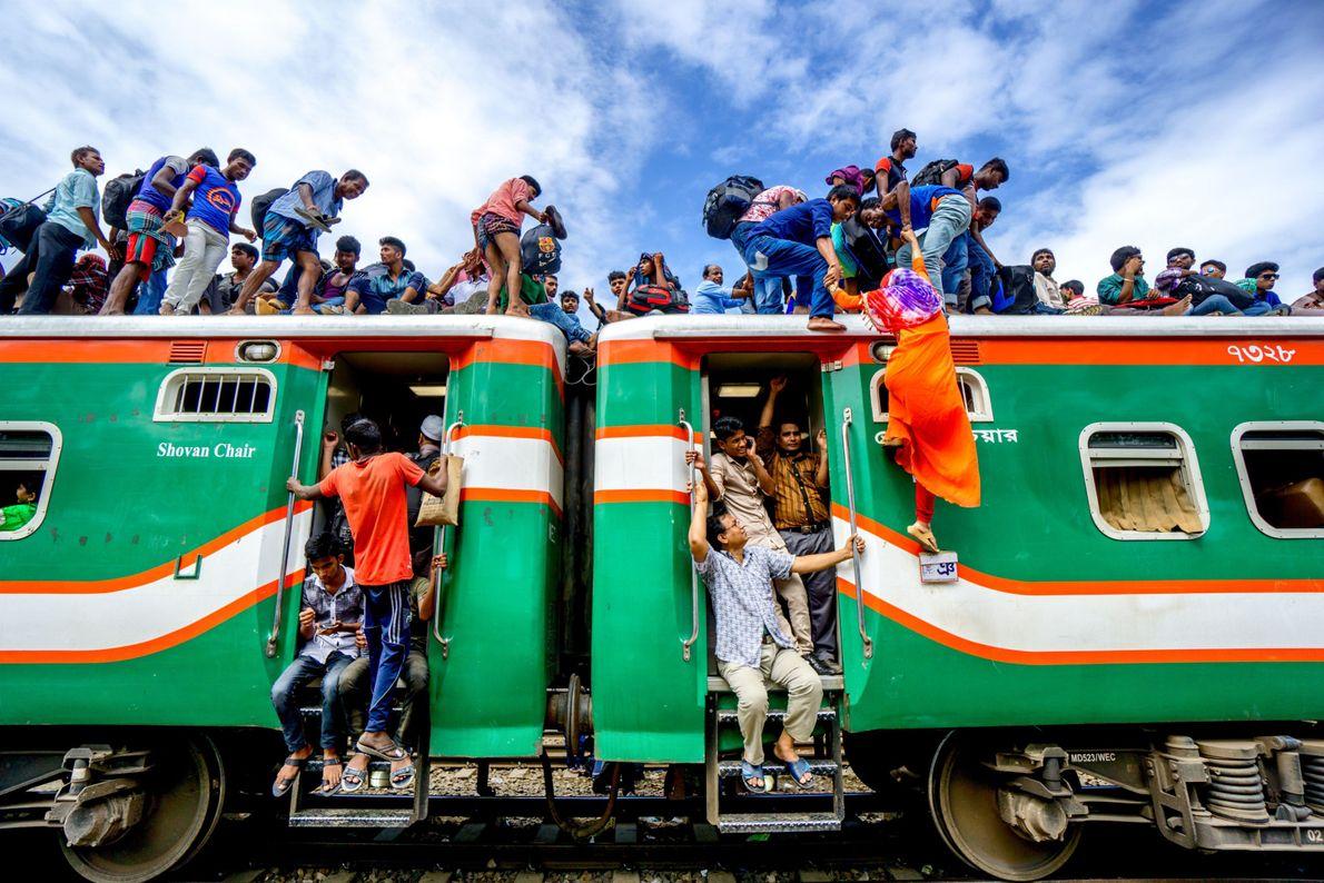Trem cheio de pessoas em Bangladesh