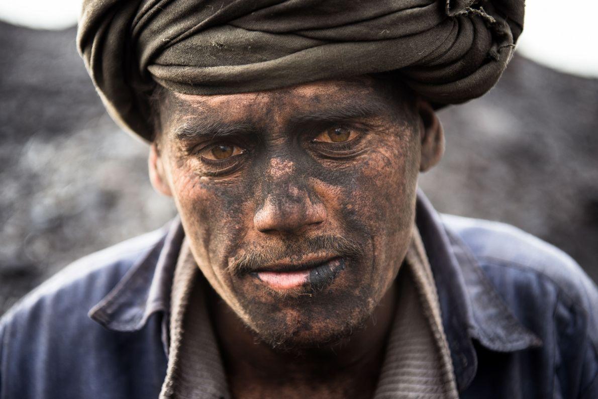 Rosto de minerador trabalhando em minas