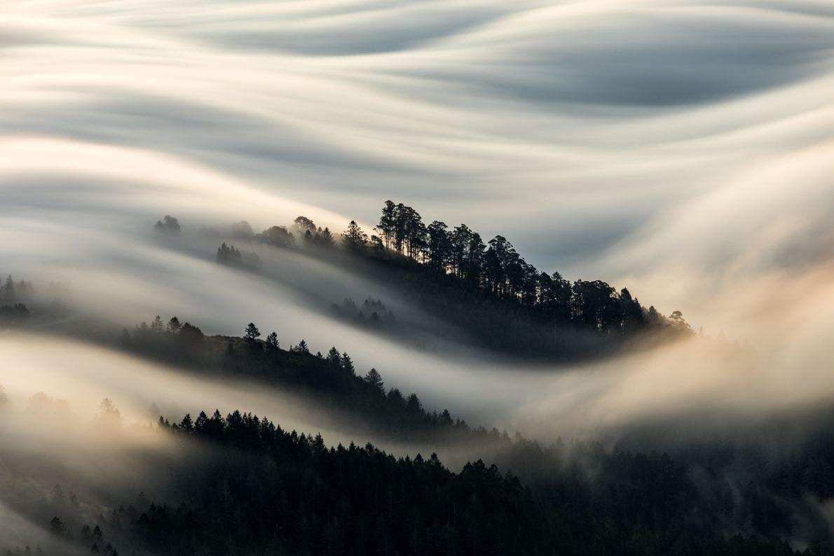 Montanha com neblina em volta