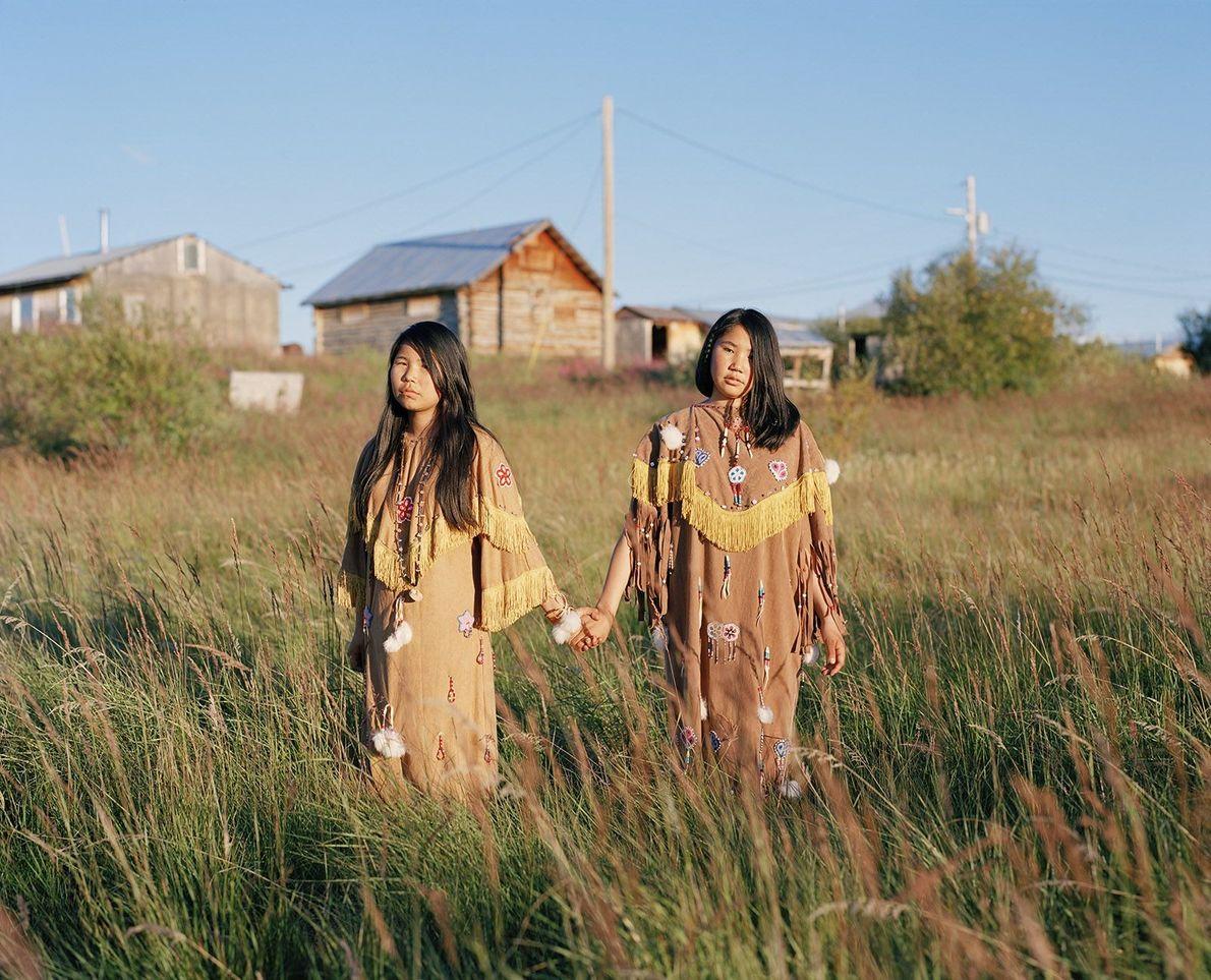Irmãs de mãos dadas em campo