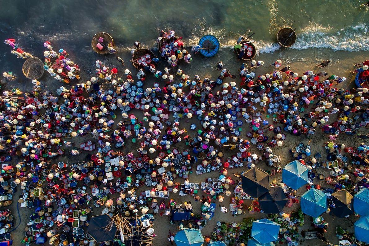Mercado de frutos do mar no Vietnã visto de cima
