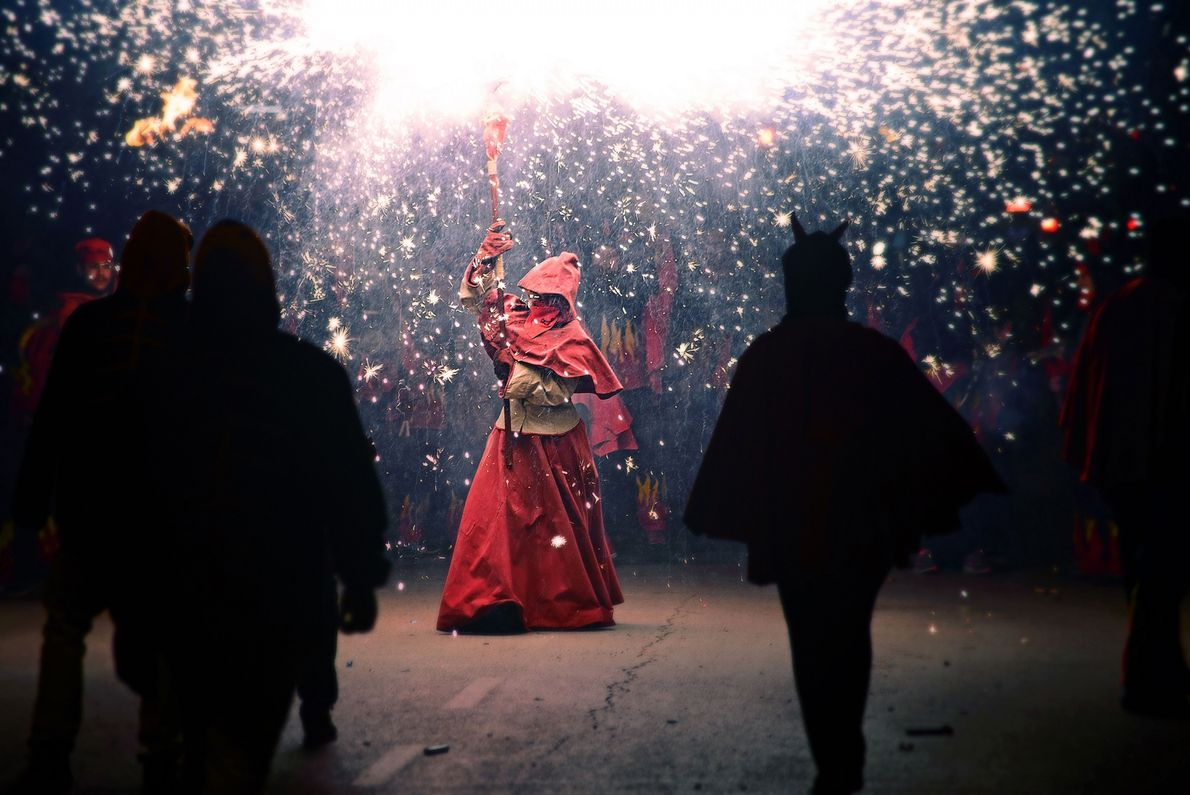 Pessoa solta fogos de artifício em festival folclórico da Espanha