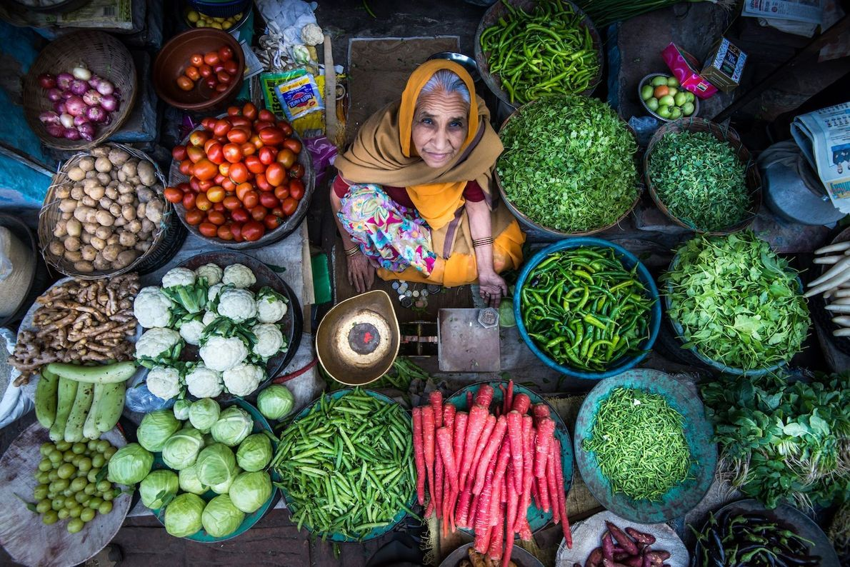 Vendedora de legumes e vegetais na Índia