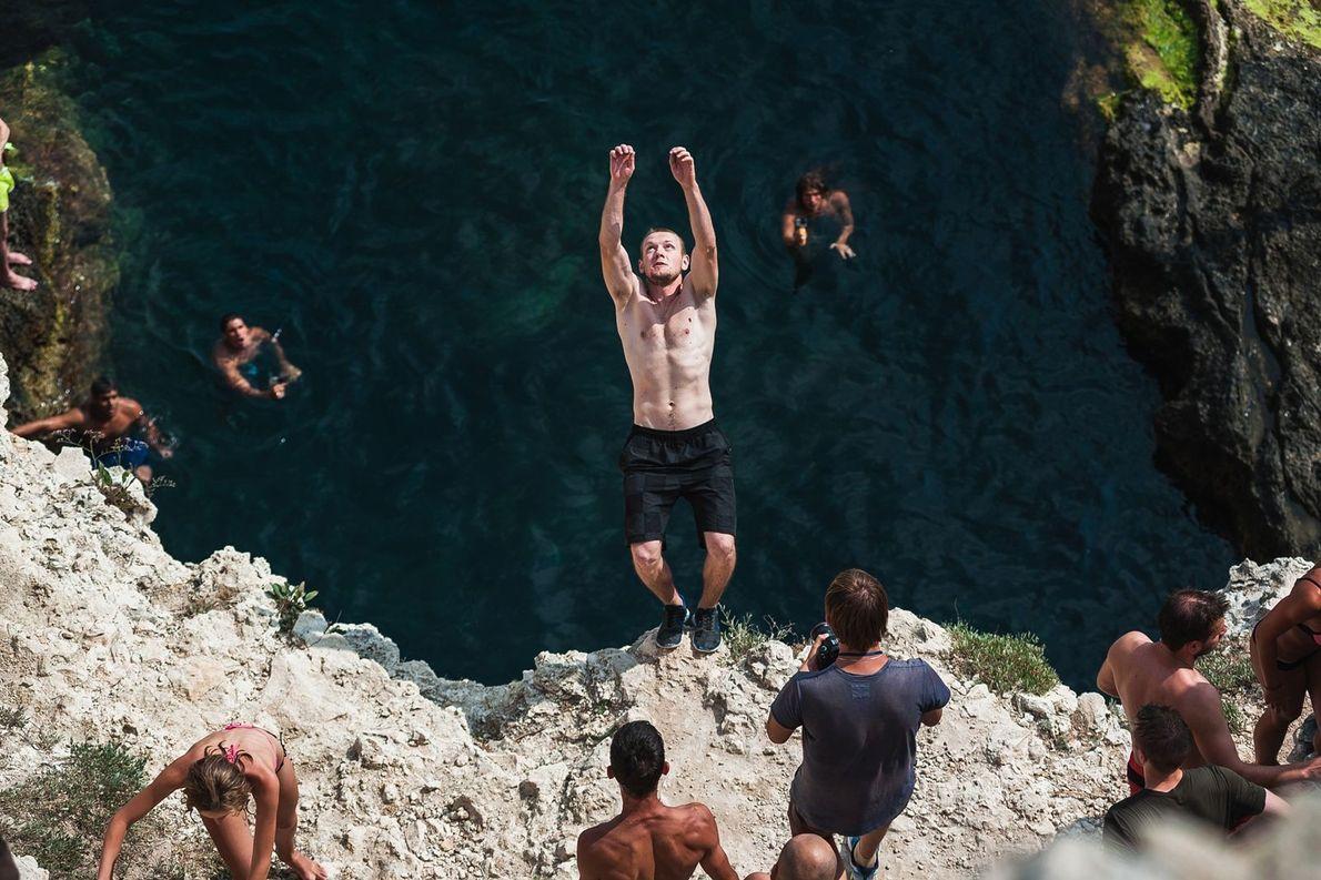 Pessoa saltando de precipício