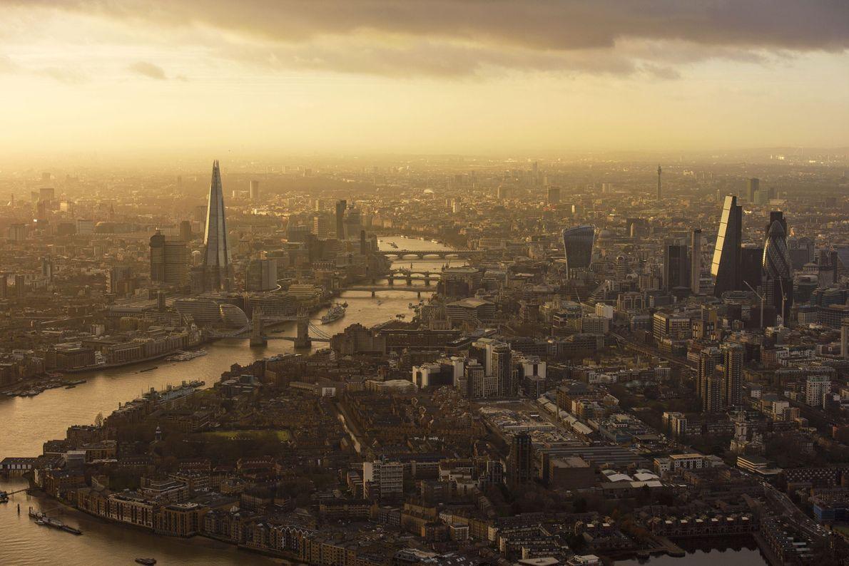Vista de Londres com neblina e raios de Sol