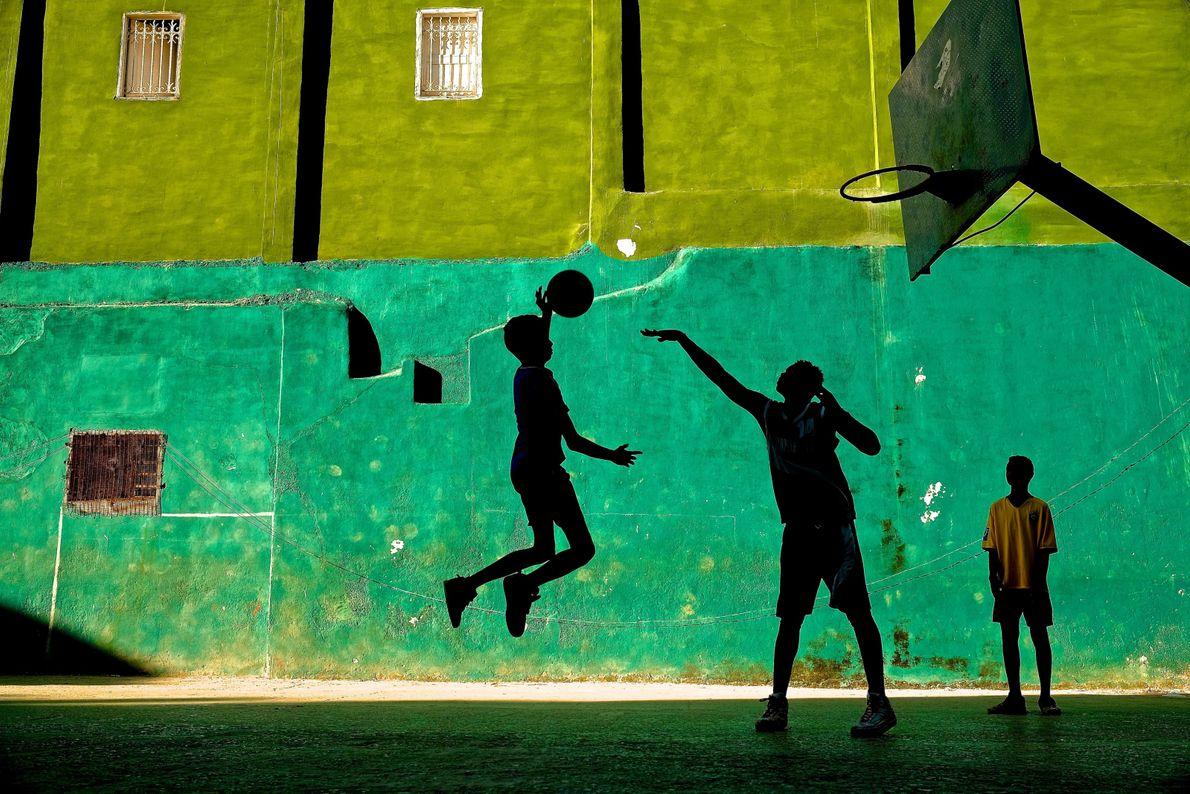 Garotos jogam basquete em Havana